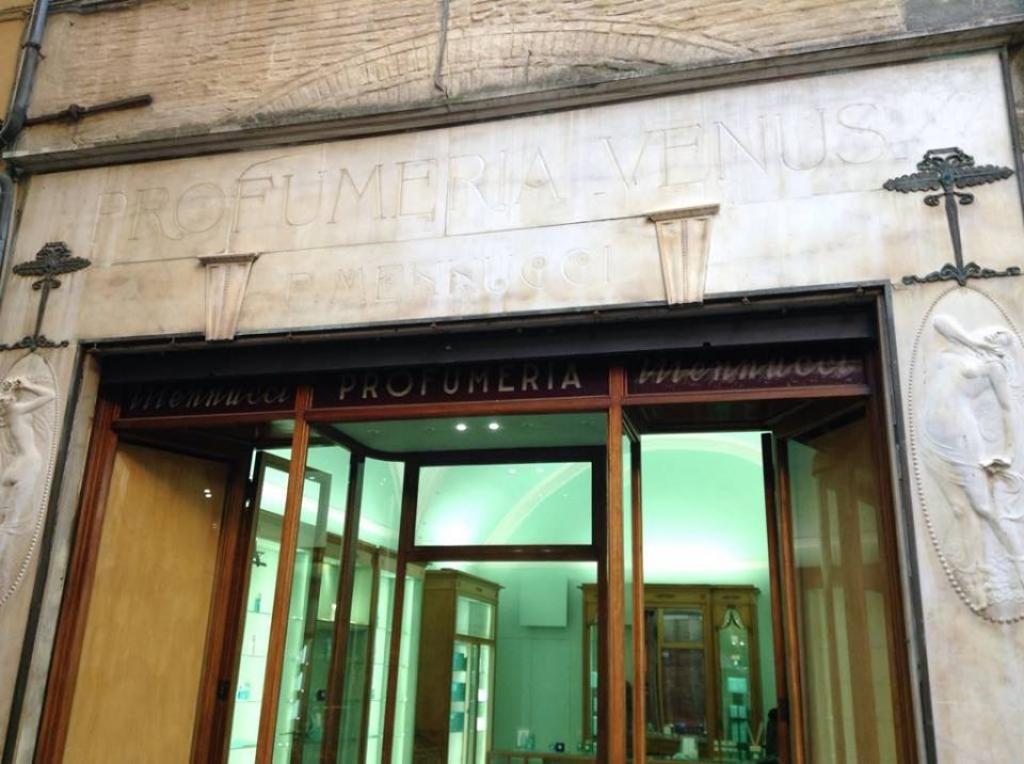 Lucca, via Fillungo 65, la cornice in stile Liberty